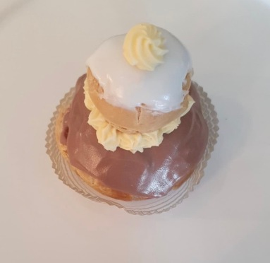 RELIGIEUSE (crème pâtiss choco et vanille) 4,25$+Tx